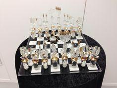 Eines der schönsten Schachspiele überhaupt. Ein Glasschach mit jüdischen Symbolen.