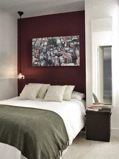 Délimiter la tête de lit avec un élégant coloris bordeaux ? Une super idée déco !