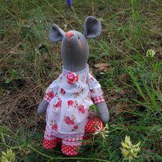 Мышка Клубничка  продается, рост мышки 28 см. Сшита из льна, многослойное платье из хлопка. В лапках мышка держит клубнику из хлопка, самостоятельно стоит и сидит.