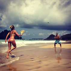 Giovanna Ewbank exibe corpão ao jogar frescobol com Bruno Gagliasso em Noronha