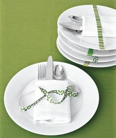 Ideal for windy outdoor dining, printed rubber bands prettily secure napkins and silverware to plates.
