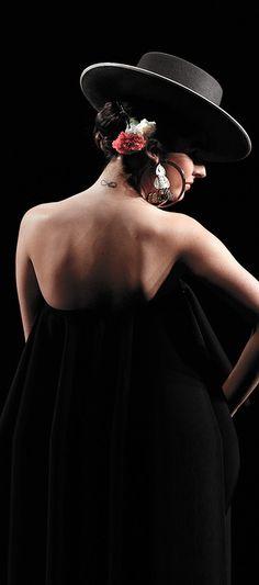 Carmen G. Vazquez during the International Flamenco Fashion Show. The HAT! This would be me, in my dreams. Fashion Mode, Fashion Show, Estilo Cowgirl, Spanish Dancer, Black Magic Woman, Flamenco Dancers, Turbans, Mexican Style, Spanish Style
