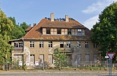 """Einst lebten Zehntausende Menschen im brandenburgischen Wünsdorf, inzwischen sind es noch etwas mehr als 6000. Das liegt auch daran, dass der Ort jahrzehntelang als """"verbotene Stadt"""" galt. Heute sind aus dieser Zeit noch zahlreiche Bunker und Ruinen übrig."""