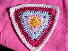 Bunting triangles, free pattern from pinkfluffywarrior  #crochet #motif