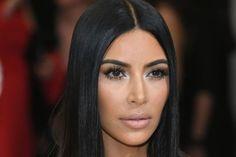 Kim Kardashian com corte reto