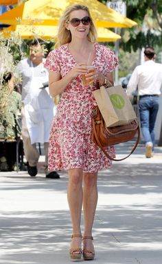 Reese Witherspoon in LA wearing pink floral dress and sandals . Flowery Dresses, Pink Floral Dress, Reese Whiterspoon, Reese Witherspoon Style, Spring Work Outfits, Glamour, Her Style, Celebrity Style, Street Style