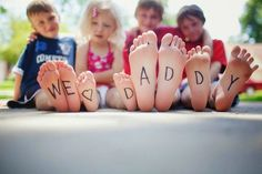Dad will be tickled pink with this fun Father's Day photo card idea. Use your ids feet to spell out a special Father's Day message. Fathers Day Photo, Cool Fathers Day Gifts, Fathers Day Crafts, Father Photo, Mother And Father, Good Good Father, Mothers, Happy Father, Quando Eu For Pai