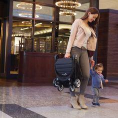 El plegado más pequeño para las aventuras más grandes  La City Tour es la silla con plegado ultracompacto que cumple con las normativas de muchos medios de transporte para equipaje de mano. Tiene espíritu viajero, por eso, la bolsa de transporte está incluida con la silla. Está ideada para bebés a partir de los 6 meses.