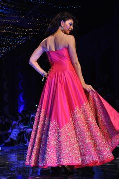 India TV >> Jaqueline Fernandez turns showstopper for Jyotsna Tiwari