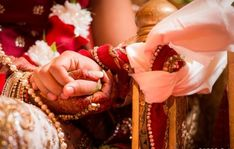 The marriage knot is symbolized by tying one end of the groom's scarf with the bride's sari and a thread that has been blessed. This will be tied over the right hands together.