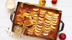 Omenapiirakka on aina muodissa. Onko parempaa tunnetta kuin lohkaista uunipelliltä pala vasta leivottua piirakkaa kahvin tai kylmän maitolasillisen kanssa nautittavaksi? En ihan heti keksi.