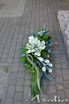 Kwiaciarnia Azalia :: Bukiety okolicznościowe, Florystyka Ślubna, Komunijna, Żałobna, Dekoracje Flower Wreath Funeral, Funeral Flowers, Funeral Flower Arrangements, Modern Flower Arrangements, Deco Floral, Arte Floral, Grave Flowers, Cemetery Decorations, Christmas Door Wreaths