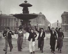 Les premières Parisiennes en pantalon, Place de la Concorde, Paris, 1935 - Parisian Pants!