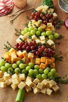 vassoio di cubetti di formaggio, acini d'uva bianca e nera e stecchini per servirsi