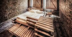 In uno storico albergo viennese le 5 camere ristrutturate con un intervento minimale per conservare le strutture originarie impiegando solo un reticolo in legno per il letto e il bagno.