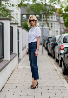 look básico: jeans, t-shirt branca e scarpin preto