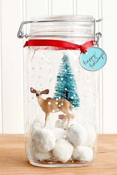 You'll love these DIY Christmas gifts that'll look beautiful under the Christmas tree. We've got DIY Christmas gifts for Mom, DIY Christmas gifts for boyfriends, and other craft ideas for Christmas presents! Mason Jar Christmas Crafts, Neighbor Christmas Gifts, Christmas Food Gifts, Homemade Christmas Gifts, Mason Jar Crafts, Simple Christmas, Christmas Presents, Holiday Crafts, Christmas Decorations