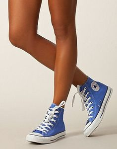 Converse are super comfy and give off a dressy-causual look when paired with a gorgeous dress! Eeeekkk i ❤️love love converse! Converse Bleu, Converse Sneakers, Converse All Star, Converse Chuck Taylor, Converse High Tops Colors, High Top Converse, Colored Converse, Sock Shoes, Cute Shoes