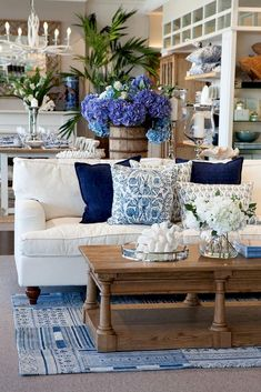Living Room Decorating Ideas with Stylish Design Use these gorgeous modern living room ideas, even if you have a small living room, as a starting point.Use these gorgeous modern living room ideas, even if you have a small living room, as a starting point. Coastal Living Rooms, Living Room Modern, Interior Design Living Room, Living Room Designs, Small Living, Hamptons Living Room, Hamptons Decor, Hamptons Home, Fresh Living Room