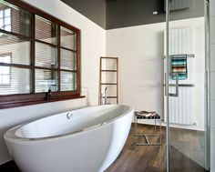 Die freistehende Wanne passt sich optimal in das natürlich-moderne Bad-Design ein