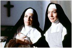"""045 """"Sor Perdida (Carmen Maura) con una gallina y Sor Estiércol (Marisa Paredes)"""" / Entre Tinieblas (1983) / #Almodovar"""