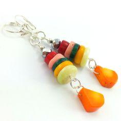 Kolczyki z krążkami korala różowego, czerwonego, pomarańczowego i  zielonego.