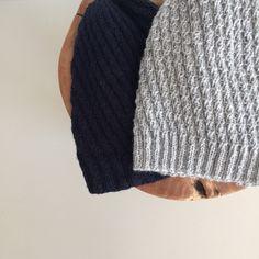 Eller faktisk tre strikkede huer. Synes det her huemønster er helt fantastisk fint. Opskriften er oprindelig designet til en tykkere garnkvalitiet - hvilket jeg ikke synes så godt om, men…