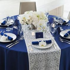 永遠を意味するロイヤルブルーとウェディングの王道、ホワイトのコーディネート。 気品あふれるアイテムたちがおふたりの結婚式を上品かつ華やかに彩る