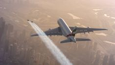 Quand deux jetpacks font la course avec un A380 | Topito