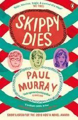 """Om naar uit te kijken: Skippy Dies by Paul Murray.  """"Skippy Dies luidt de Engelse titel van Paul Murrays tweede roman, een belofte die al gauw wordt ingelost. Titelheld Skippy sterft, nadat hij nog net de naam van het meisje van zijn dromen in frambozenvulling op de zwart-wit geblokte vloer van Ed's Doughnut House heeft weten te schrijven, nog voor het einde van de proloog. De pagina's die daar op volgen onthullen een bizarre samenloop van omstandigheden, bekeken door een caleidoscoop…"""