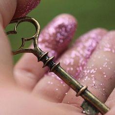 Toma con ambas manos la llave de la #horabruja y adéntrate sin miedo a sus sueños ¡Buenas noches!
