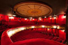 Théâtre des Nouveautés - #butacasparateatros (Telones Madisson) www.telonesmadisson.net En nuestra larga trayectoria por España, ahora nos expandimos a toda Europa, ofreciendo nuestros servicios en Francia, donde multitud de teatros están necesitando de profesionales en el equipamiento de teatros y cines.