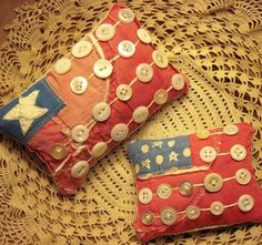 Pair Primitive Very Tiny Rustic Folk Art Flag Pillows Bowl fillers from Old Quilts Americana Crafts, Patriotic Crafts, Patriotic Decorations, July Crafts, Primitive Quilts, Primitive Folk Art, Primitive Crafts, Primitive Painting, Button Art