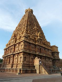 Brihadeshwara Temple | by varunshiv Indian Temple Architecture, Beautiful Architecture, Art And Architecture, Tourist Sites, Tourist Places, Temples, India Travel Guide, Hampi, Historical Monuments