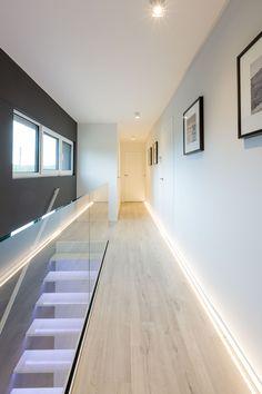 Hall de nuit escalier garde corps vitré moderne https://www.facebook.com/dwelling.be/ http://www.dwelling.be