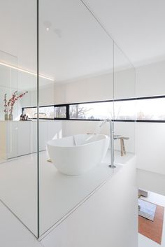 This beautiful house is typical for large windows, white surfaces and black accessories. Villa RECO is located in Belgium and projected by Tom Mahieu Architect. Big Bathrooms, Loft, Large Windows, Residential Architecture, Prefab, Bathroom Inspiration, Contemporary Design, Beautiful Homes, House Plans