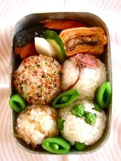 Traditional Japanese Onigiri Rice Balls Bento Lunch (yeah right, like I could ever make this) looks so yummy! Bento Recipes, Lunch Box Recipes, Cooking Recipes, Bento Box Traditional, Traditional Japanese, Japanese Bento Box, Japanese Food, Bento Box Lunch, International Recipes