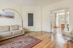 Rood perzisch tapijt met houten vloer