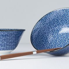 Many of you like bowl sets, as they have beautiful motifs and are great as gift too. This one is for those, we do not like expressive motifs, but still look for something interesting 😎 Sushi Bowl, Geometric Flower, Black Box, Blue Backgrounds, Bowl Set, Flower Patterns, Decorative Bowls, Blue And White, Japan