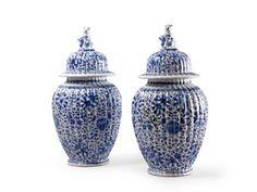DELFT Paire de vases couverts en faïence à panse godronnée et décor