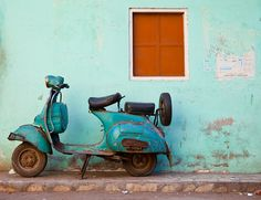 No matter the state of a vespa, it is always picture perfect. Vintage Vespa, Vintage Italy, Vintage Cars, Vintage Images, Piaggio Vespa, Lambretta Scooter, Vespa Girl, Scooter Girl, Vespa Motor Scooters