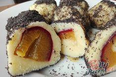 Tvarohové knedlíčky jsou už taková klasika. Plním je na různé způsoby, i na slano i na sladko. Na sladce zvyknu plnit švestkami nebo jahodami a pokud na nás přijde chuť na slané, tak naplním zelím a slaninou. Samozřejmě pak na vrch už nepřidávám cukr, ale osmaženou strouhanku bez cukru. Určitě zkuste, s těstem se pracuje skvěle. Autor: Triniti