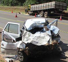 Vítimas do acidente entre carro e caminhão, ocorrido por volta das 7 horas da manhã deste sábado...