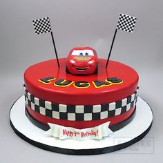 cars birthday cake Cars Cake with Lightning McQueen Lightning Mcqueen Birthday Cake, Lightning Mcqueen Cake, Disney Cars Cake, Disney Cars Birthday, Bolo Pavlova, Gateau Flash Mcqueen, Mcqueen Car Cake, Cars Theme Cake, Car Cakes For Boys