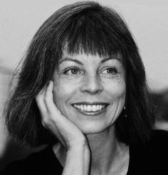 """Bettina Hagen, die in Hamburg als namhafte Kunstmalerin gilt, verbindet mit """"Fritz im Himmel"""" ihre eigenen Erfahrungen mit dem Verlust ihres vierbeinigen Freundes. Sie erschuf eine berührende Geschichte, die den Jüngsten Zuversicht und neue Kenntnisse schenkt. Auch die Illustrationen fertigt sie selbst. """"Fritz im Himmel"""" ist der Erste Teil einer Serie."""