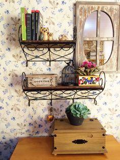 Par de Prateleiras de ferro e madeira, feitas artesanalmente. Podem ser usadas como floreira, ou em decoração de interiores. Seus ganchos possibilitam o uso para pendurar chaves e objetos. Prateleira Grande - 60 x 20 cm Prateleira Pequena - 40 x 20 cm * Prazo para confecção é de 15 dias úteis. * Consulte outras cores para pintura R$ 280,00 Iron Art, Wrought Iron, My Dream Home, New Homes, Shelves, House Styles, Creative, Kitchen, Inspiration