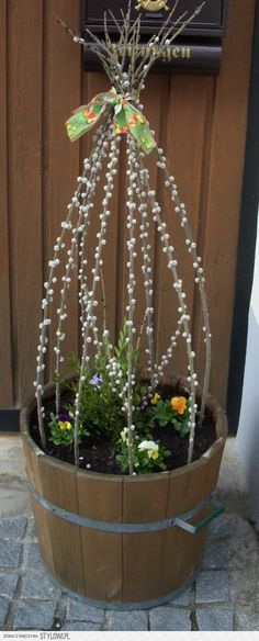 Spring is coming: great flower decoration for outdoors. - Flower ideas - Spring is coming: great flower decoration for outdoors. Decoration Entree, Flower Pots, Flowers, Flower Ideas, Deco Floral, Spring Is Coming, Easter Crafts, Holidays And Events, Flower Decorations