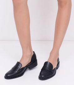 Sapato feminino   Material: sintético   Modelo mocassim  Com recorte  Com tachas   Marca: Satinato      COLEÇÃO VERÃO 2018     Veja outras opções de    mocassins femininos.        Sobre a marca Satinato     A Satinato possui uma coleção de sapatos, bolsas e acessórios cheios de tendências de moda. 90% dos seus produtos são em couro. A principal característica dos Sapatos Santinato são o conforto, moda e qualidade! Com diferentes opções e estilos de sapatos, bolsas e acessórios. A Satinato…