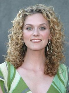 One Tree Hill Celebrity Hilarie Burton Long Layered Curly Hair Style