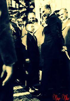 1929'un 15 Eylül günüydü... Mustafa Kemal ve arkadaşları Yalova'daydı... Atatürk yolda gördüğü 9 yaşlarındaki bir çocuğa yolu sordu... İşte o çocuk Sığırtmaç Mustafa'ydı... Birgün sonra Mustafa'yı tekrar buldu ve himayesine aldı... Okuttu... Her iki Mustafa takım elbiseleriyle 15 haziran 1930'da sohbet ederken böyle yansıdı o an'a...